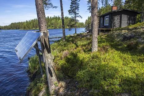 Aurinkopaneelin voi asentaa myös maatasolle, jos paikka on riittävän aurinkoinen.