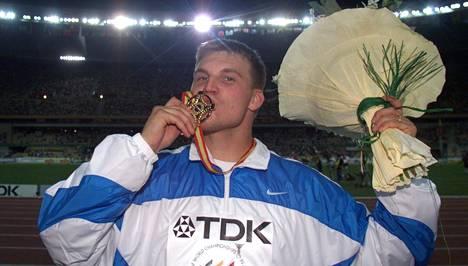 Aki Parviainen tuuletti MM-kultaa Sevillan illassa vuonna 1999.