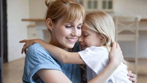 Kehuja saanut lapsi on asiantuntijan mukaan voimaantunut, tyytyväinen ja kiitollinen. Lisäksi hänellä on energiaa lähteä muuttamaan asioita, joihin kaivataan muutosta.