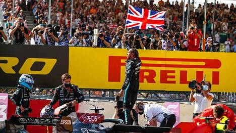 Nämä kuvat harmittivat Max Verstappenia. Lewis Hamilton tuuletti voittoaan antaumuksella samaan aikaan, kun Hamiltonin ulos radalta sysäämä Verstappen oli sairaalassa tutkituttamassa vammojaan.