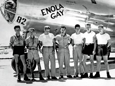 Pommikone Enola Gay miehistöineen elokuussa 1945. Keskellä piipun kanssa kuvassa oleva Paul Tibbets oli komentaja koneessa, josta pudotettiin atomipommi Hiroshimaan 6. elokuuta 1945.
