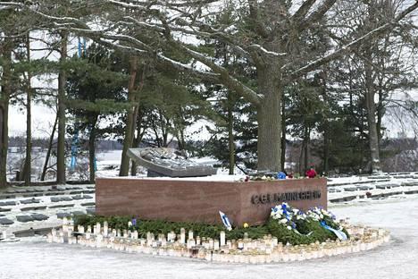 Marsalkka Mannerheimin haudalle oli itsenäisyyspäivänä tuotu kymmeniä hautakynttilöitä.