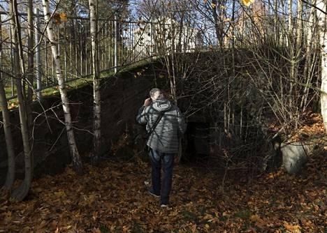 Toiseen Antti Matilaisen löytämään pommisuojaan hän ei ole päässyt. Ovi on lukittu.