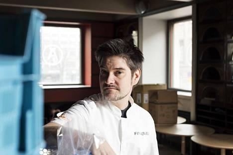 Julkkiskokki Henri Alén ihmettelee miksei asiasta ole tiedotettu laajemmin ennen kuin ravintolarajoituksia alettiin purkamaan.