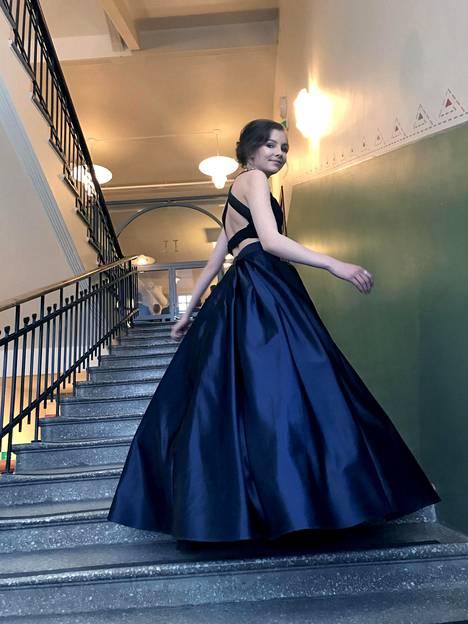 """Emma Ronkainen tiesi aina haluavansa kaksiosaisen mekon. """"Tilasin hameen netistä ja suunnittelin sekä teetätin ompelijalla yläosan juuri sellaiseksi kuin halusin. Kaulakoru on isoäitini vanha."""""""