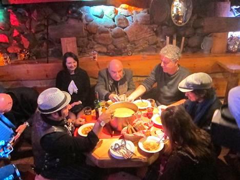 Anthony Bourdain tutustui vierailullaan suomalaisen ruoka- ja juomakulttuurin peruspilareihin: saunaan, viinaan ja makkaroihin.