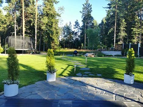 Tässä takapiha muodonmuutoksen jälkeen. Kuva on viime vuodelta, ja sen ottamisen jälkeen puutarhaa on vielä kunnostettu lisää.