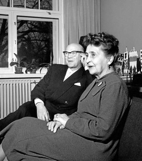 Urho ja Sylvi kotioloissa.
