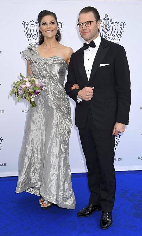 Victorian valitsi Polarprisetiin Diana Orvingin metallinhohtoisen mekon. Diana Orvingin asut maksavat verkkokaupassa noin 1800–3000 kruunua, eli noin 200–330 euroa.