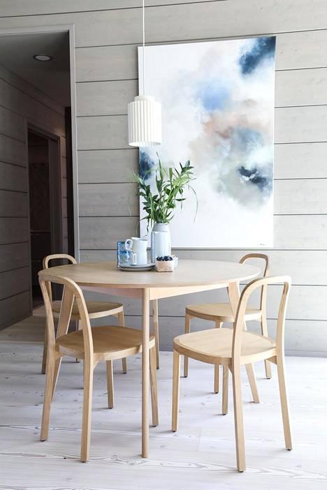Pienet pyöreät ruokapöydät tekevät paluun suurten pöytien vuosien jälkeen.