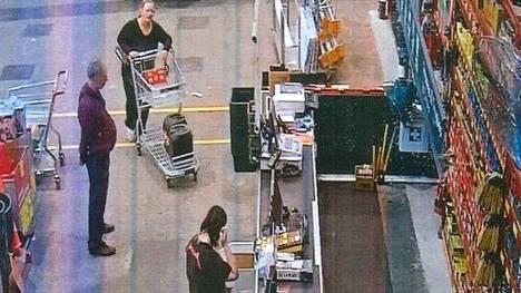 Trudi Lenon (ostoskärryjen kanssa) ja Jemma Lilley (alhaalla keskellä) ostoksilla päivää ennen murhaa.