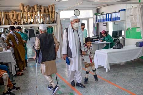 Poika käveli maanantaina uudella jalkaproteesilla Kabulissa Punaisen ristin ylläpitämässä kuntoutuskeskuksessa.