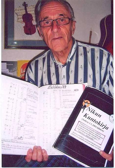 Simo Nikula esittelee harjoituspäiväkirjaansa, johon on kertynyt kilometrejä lähes 300 000.