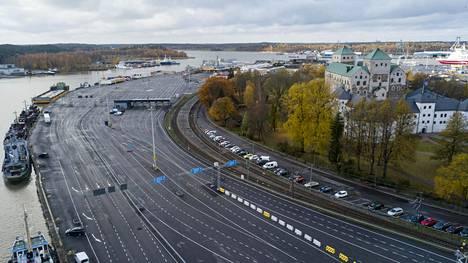 Tällainen asfalttiviidakko Linnanniemen Aurajoen ranta on tällä hetkellä.
