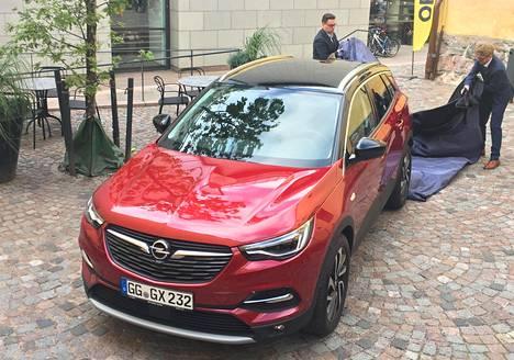 Opel Grandland X:n pituus on 4,480 metriä. Akseliväli on 2,675 metriä. Keula tekee pesäeroa sisarmalliin (Peugeot 3008).