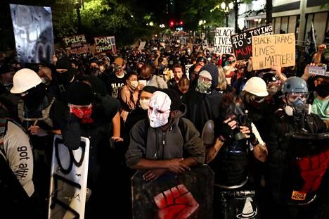 Mielenosoittajia kuvattuna Portlandissa 2. elokuuta 2020.