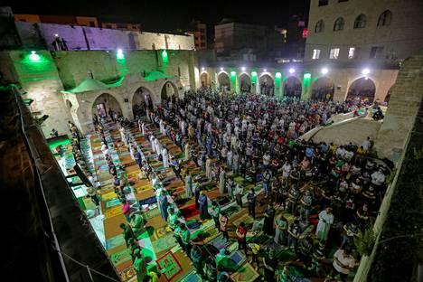 Palestiinalaiset rukoilivat moskeijassa Gazassa.