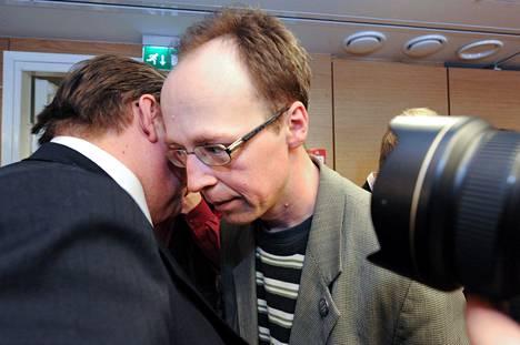 Timo Soini ja Jussi Halla-aho eivät olleet ylimpiä ystävyksiä. Halla-aho pääsi Helsingin valtuustoon 2008, ja nousi eduskuntaan 2011. Kuva jytkyvaalien jälkeen perussuomalaisten ensimmäisestä ryhmäkokouksesta.