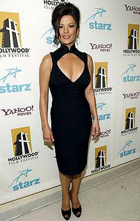 Hoikistunut Catherine Zeta-Jones poseerasi viikonloppuna Savannahin elokuvajuhlilla.