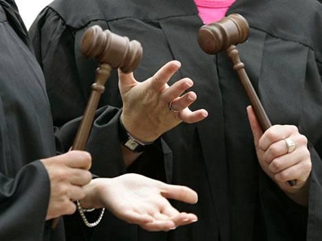Applen tuomion lopullinen hyväksyminen tai hylkääminen vaatii vielä monta nuijan kopautusta.
