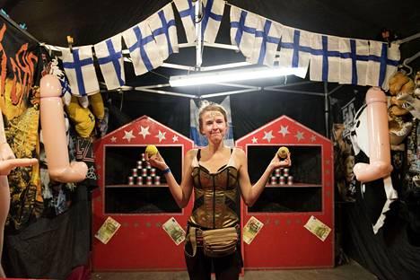 Matilda luotsasi pallopeliä, jossa pääpalkintoina oli muun muassa lahjakortteja, pumpattavia nukkeja ja pehmoleluja.