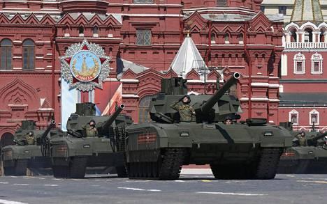 Uusien Armata T-14 -tankkien rivistö vyöryi Punaisella torilla.