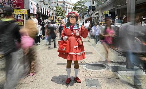 Sankarin asussa. 60-vuotias Yuzo Shiozawa sarjakuvasankaritar Candyn asussa Harajukun muotialueella Tokiossa. Candy Candy on suositun alkujaan 1970-luvulla julkaistun japanilaisen anime-sarjan päähenkilö.