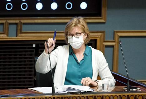 Oikeusministeri Anna-Maja Henrikssonin mukaan edessä on vaikeita koronaviikkoja, mutta niistä selvitään, kun kaikki noudattavat rajoituksia.