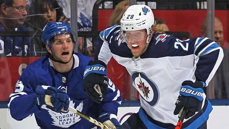 Patrik Laine karkasi Toronton Alexander Kerfoot NHL-ottelussa keskiviikkona.