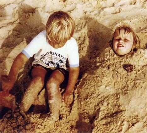 He selvisivät terrori-iskusta, naapurin lapset eivät. Anja Banksin lapset Naharian hiekkarannalla.