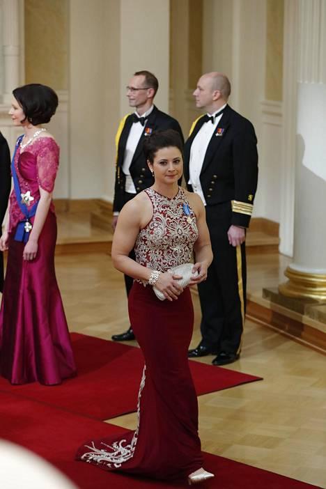 Jääkiekkoilija ja Suomen naisten jääkiekkojoukkueen kapteeni Jenni Hiirikoski saapui juhlimaan punaisessa iltapuvussa, jonka yläosassa oli näyttävät hopeiset kirjailut.