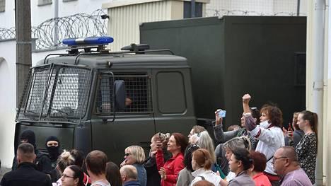 Auto, jossa väitetään olleen mielenosoitukseen osallistumisen vuoksi vangittuja ihmisiä, kulki Minskin kaduilla keskiviikkona.