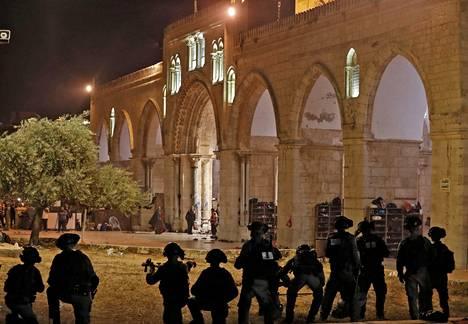 Israelin turvallisuusjoukot hyökkäsivät moskeija-alueelle perjantaina 7. toukokuuta. Taustalla näkyi Al-Aqsan moskeijan holvikaaret.