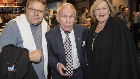Pekka, Olli ja Raija Mäki saapuivat Hymyilevä mies -elokuvan kutsuvierasnäytökseen elokuussa.