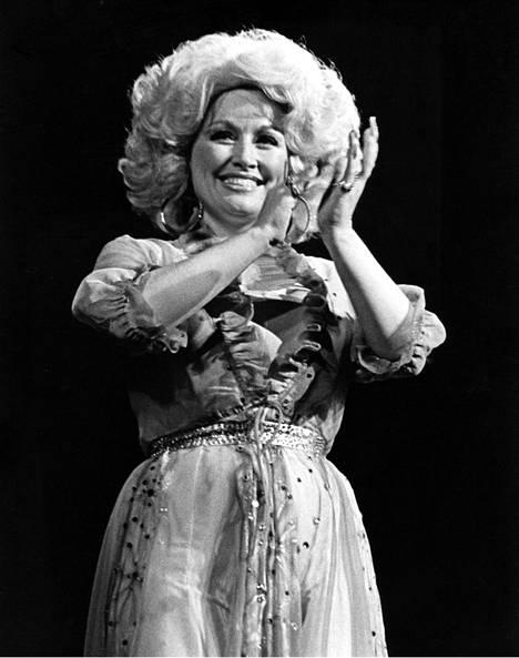 Mustavalkoinen kuva Dolly Partonista on otettu 70-luvulla.