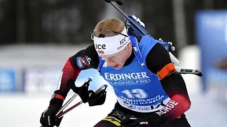 Johannes Thingnes Bö aloitti maailmancupin vahvasti: hän oli 20 kilometrillä kakkonen ja otti sprintissä kauden avausvoittonsa. Kisahotellin järjestelyt ei kuitenkaan miellyttäneet.