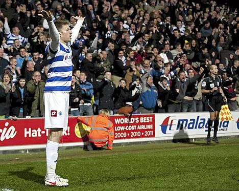 Queens Park Rangersin hyökkääjä Jamie Mackie lietsoi yleisöä tuuletuksiin, kun hän teki voittomaalin ottelussa Liverpoolia vastaan.