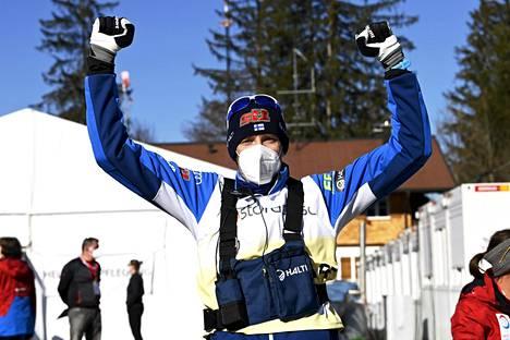 Päävalmentaja Teemu Pasanen tuuletti Suomen loistavaa onnistumista.