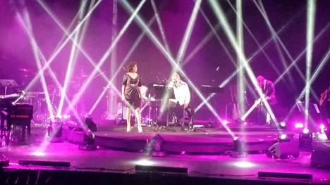 Paula Koivuniemi esiintyi Loirin kanssa Hartwall Areenalla.