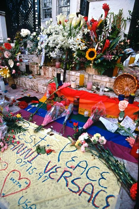 Versacen Miami Beachin huvilan ulkopuoli täyttyi kukista ja tervehdyksistä murhan jälkeen 1997.