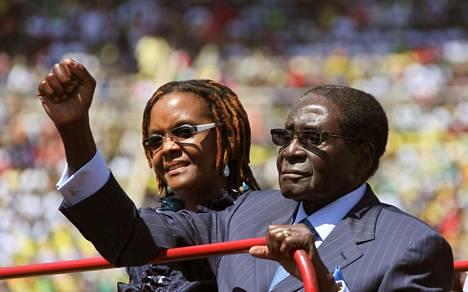 Presidentin virkaanastujaisissa elokuussa 2013 Mugabet tervehtivät Hararen kaduille kerääntynyttä kansaa.