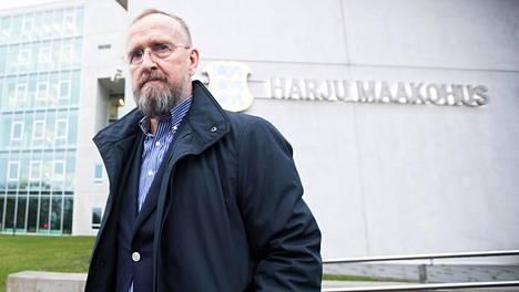 Virolainen Mati Alaver kuvattuna oikeustalon edessä.