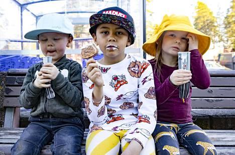 Jäätelö maistui myös Aleksanderille (vas.), Nicholasille ja Islalle, jotka isoäiti Sari Rihu toi hellepäivän herkuille.