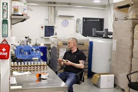 Timo Heidell pullottaa gininsä itse. Välillä vävypoika on apuna.