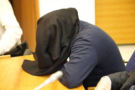 Syytetty peitti kasvonsa oikeussalissa.