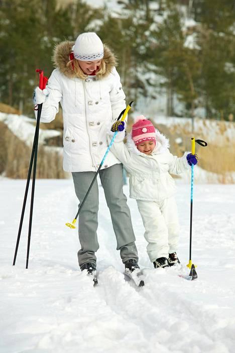 Yksi Ilta-Sanomien lukija muistuttaa, että esimerkiksi hiihto ei ole kallis harrastus.