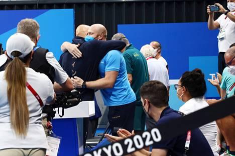 Tunteikas hetki: Mattsson halasi palkintopallilta päästyään valmentajaansa Eetu Karvosta.