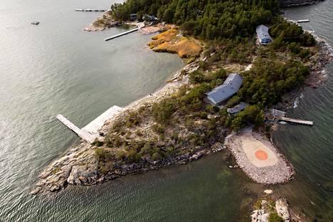Airiston Helmi -nimisen venäläistaustaisen yhtiön toimia tutkitaan muun muassa epäiltyyn veronkiertoon liittyen. Yhtiö omistaa esimerkiksi tämän Turun saariston Säkkiluodolla olevan kohteen, jossa on laskeutumisalusta helikoptereille.