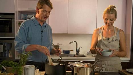 Alexander ja Hanna Gullichsen näyttävät, miten syntyy suosittu avokadopasta.