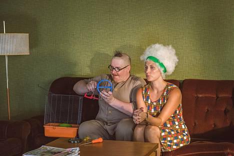 Fingerporin onnellisin pariskunta: tiedemies Heimo Vesa (Santtu Karvonen) ja tämän lentoemäntäpuoliso (Linda Wiklund).